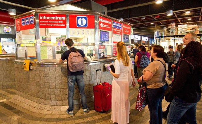 billetes transporte praga en estacion de tren