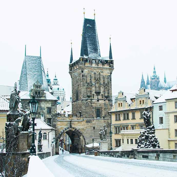 Praga con nieve, en invierno.