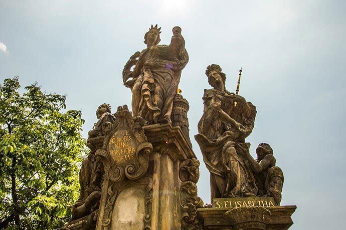 Puente de Carlos: estatua de Santa Bárbara, Santa Margarita y Santa Isabel.